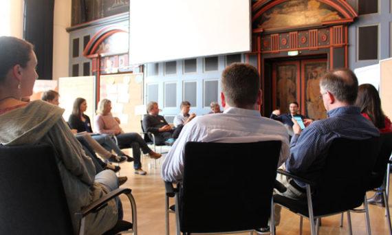 openlab teilnehmer sitzen in der runde